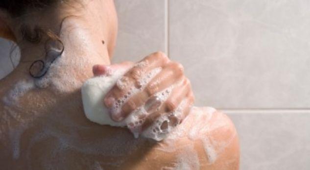 Sapuni në dush nuk bën mirë