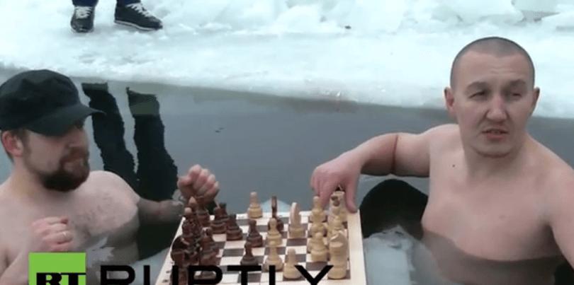 Rusët luajnë shah në liqen të ngrirë