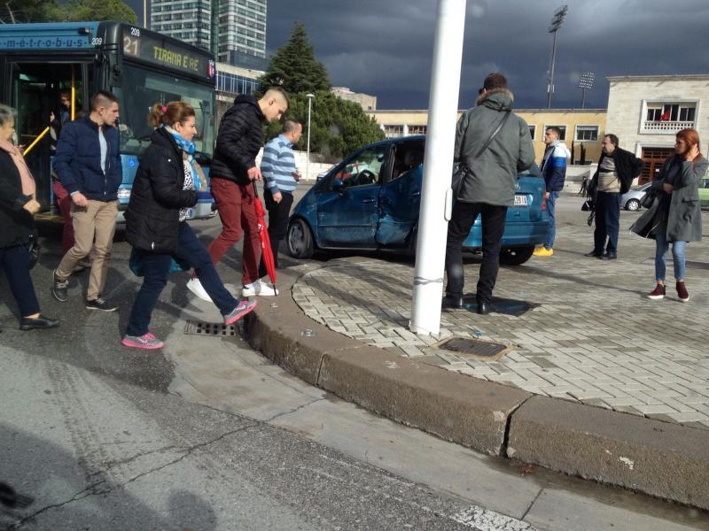 Aksident në Tiranë, autobusi merr para Benz-in