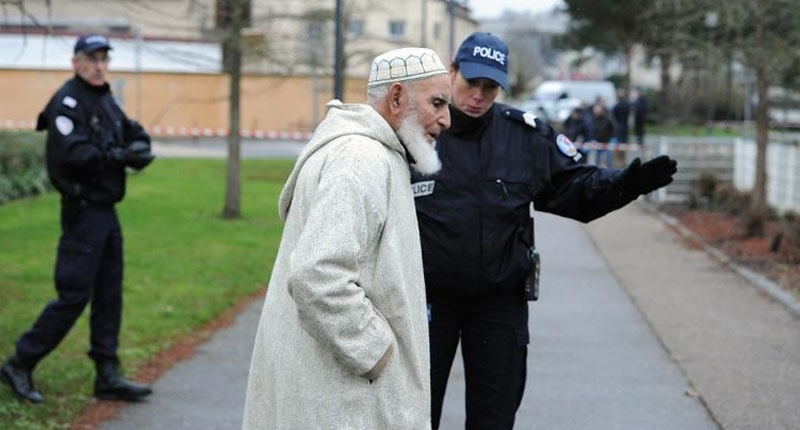 Qindra xhami ofrojnë shpjegime dhe një çaj vëllazërie fetare