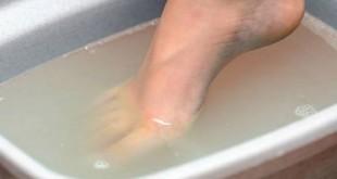 këmbët në ujë të ftohtë