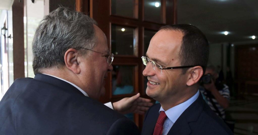 Kryediplomati grek vjen në Tiranë, pritet nga ministri Bushati