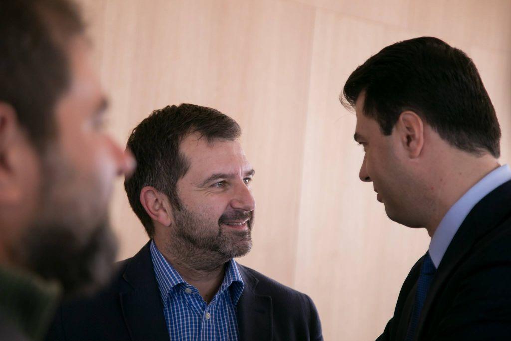 Andi Bushati komenton takimin e Bashës me gazetarët: Na mblodhi, por ka frikë të përmendë emrin e Berishës