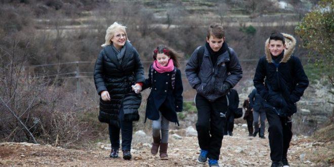 Ministrja pranë fëmijëve  por kushtet e shkollave  e tradhtojnë