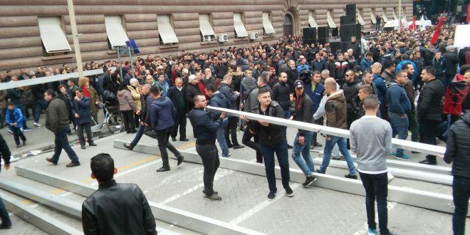 Opozita e Bashës kopjon PS  ngujohet me çadër në shesh