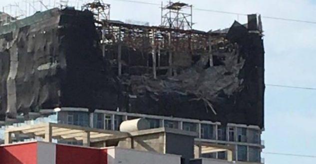 Durrës  shemben 3 katet e fundit të një pallati pa leje