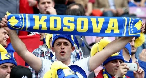 Plas debati  Futbollistët e Kosovës falen në xhami  Buzhala  Shkoni te varri i Skënderbeut