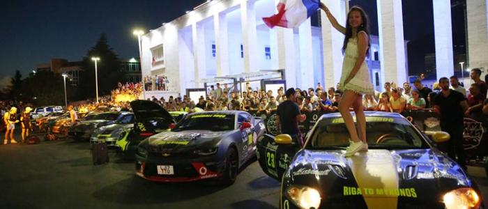 """""""Gumball 3000"""" ndalet në Tiranë, spektakël i 150 makinave sportive nga e gjithë bota"""