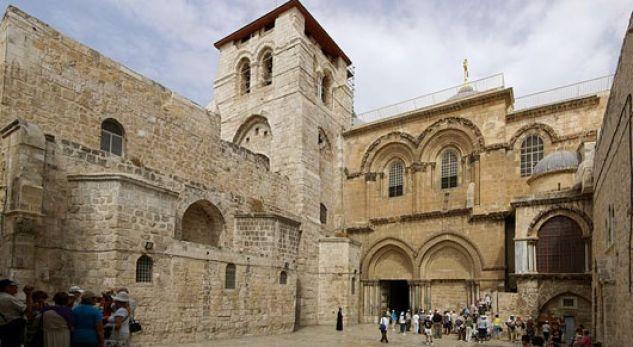 A e dini se pse varri i Jezu Krishtit ruhet nga dy familje myslimane?