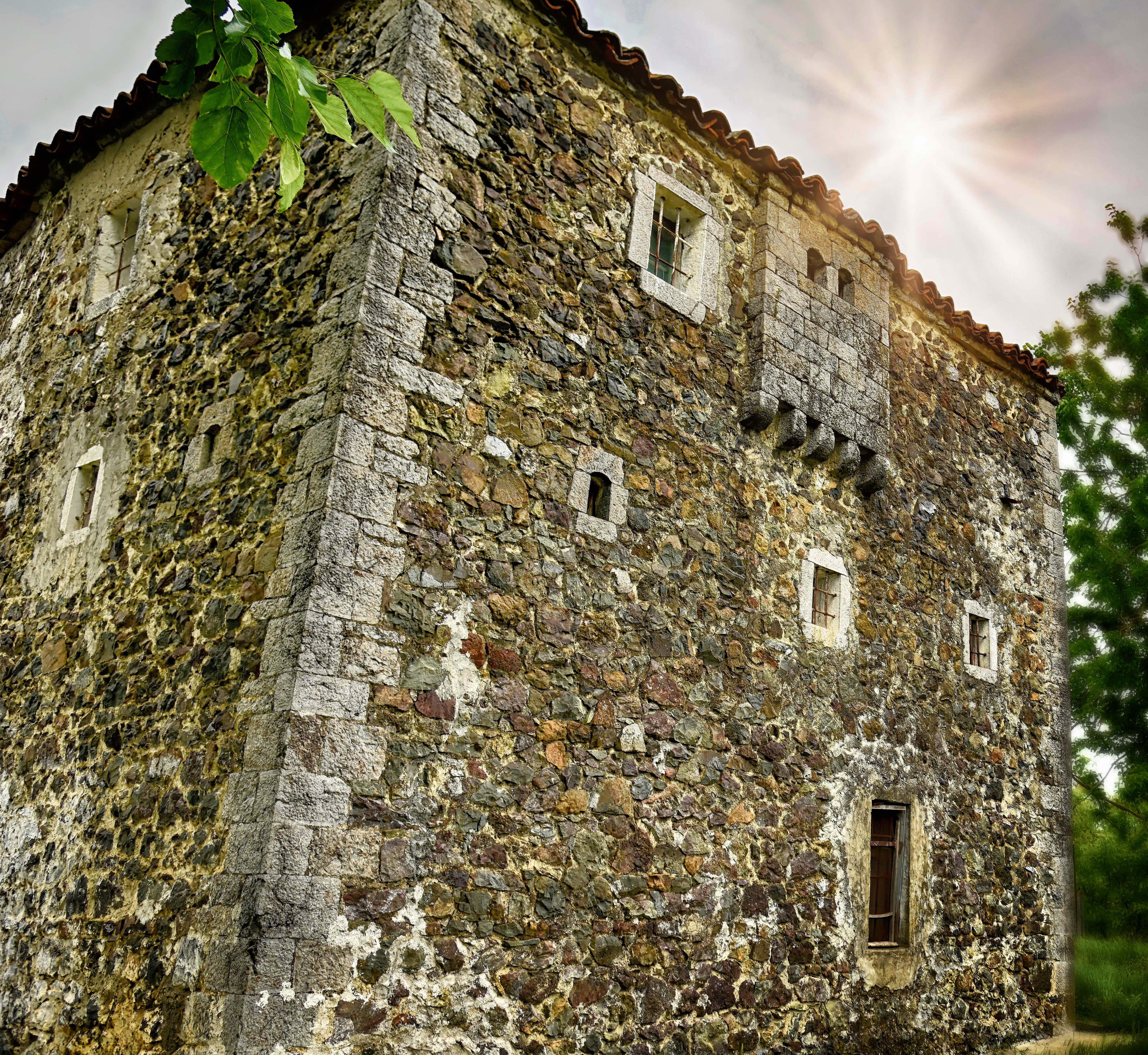 FOTOT/ Çatia që po gjunjëzon Kullën me histori 250 vjeçare