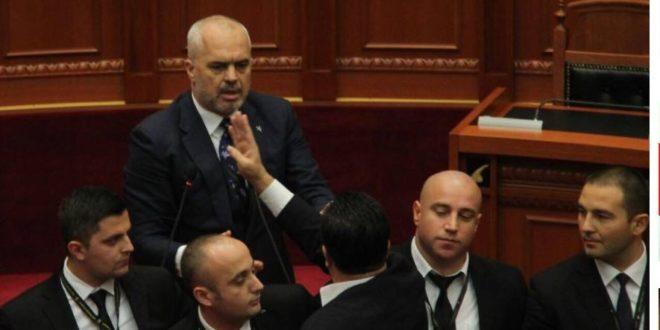 Flamur Noka   shuplakë  Ramës në Kuvend  FOTO