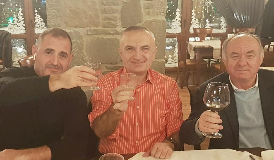Meta dhe miqtë e tij të ngushtë festojnë në Korçë