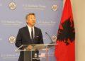 Video/ Në prag të largimit, ambasadori Donald Lu befason shqiptarët duke…