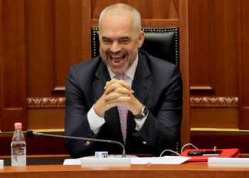 """Video/""""Shqiptarët si k***, ngrihu-ngrihu por më kot"""", Edi Rama 'rrëshqet' në Kuvend"""