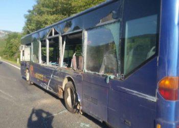 Përplaset autobusi me karoatrecin, raportohet për disa të lënduar
