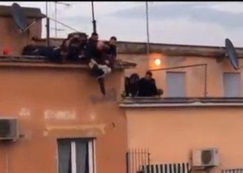 Shqiptari hidhet nga pallati në Romë, zjarrfikësit e kapin në ajër [VIDEO]