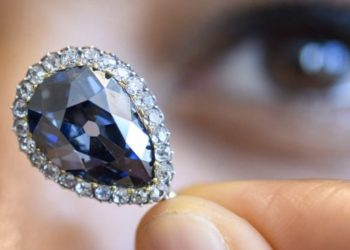 Diamanti i familjeve mbretërore shitet për 6.7 milionë dollarë