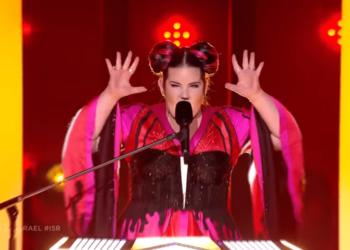 """[VIDEO] """"Pulën"""" e Eurovision e zë """"syri i keq"""" pas fitores, rrëzohet nga shkallët"""
