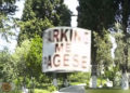 VIDEO / Kisha e Fierit e kthen oborrin në parking privat