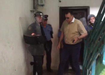Babai merr peng të birin në Berat, policia rrethon banesën [VIDEO]