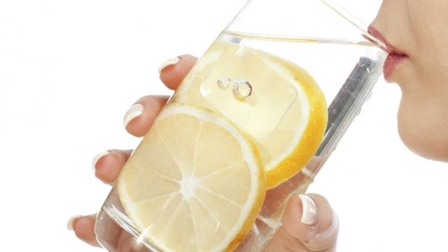 Fillojeni ditën me ujë të ngrohtë dhe limon