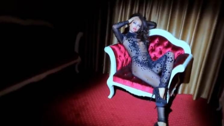 Bleona publikon videon e nxehtë prapa skenave