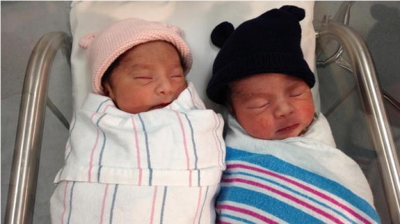 Lindin binjakë në dy vite të ndryshme