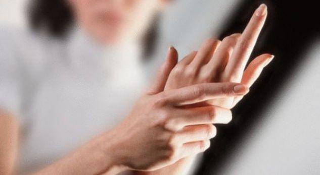 Kontrolloni duart për ndonjë shenjë të mundshme të kancerit