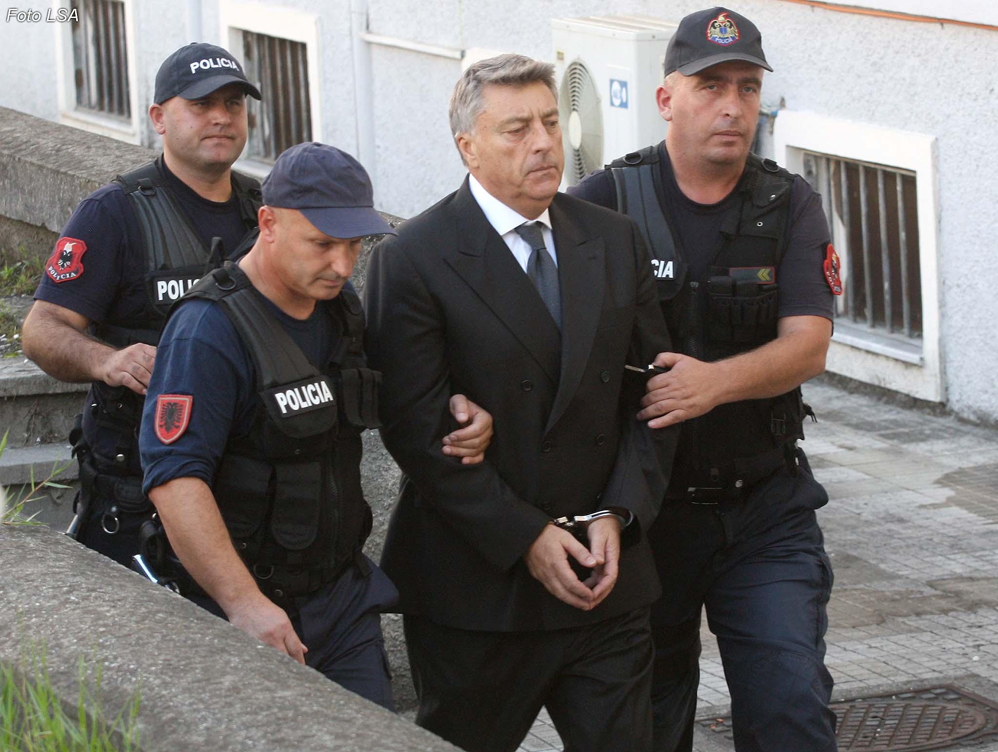"LIROHET ARDIAN FULLANI - Ish guvernatori i Bankes se Shqiperise, Ardian Fullani, duke hyre ne nje seance ne gjykaten e Apelit, e cila ne perfundim ka vendosur masen ""arrest shtepie"" per ish guvernatorin./r/n/r/nACQUITTED ARDIAN FULLANI - Albania's central bank governor Ardian Fullani, entering a Court of Appeal hearing, which in the end decided extent ""house arrest"" for the former governor."