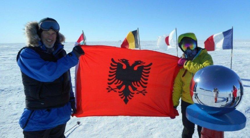 Flamuri kuqezi, krenar dhe për herë të parë në Polin e Jugut