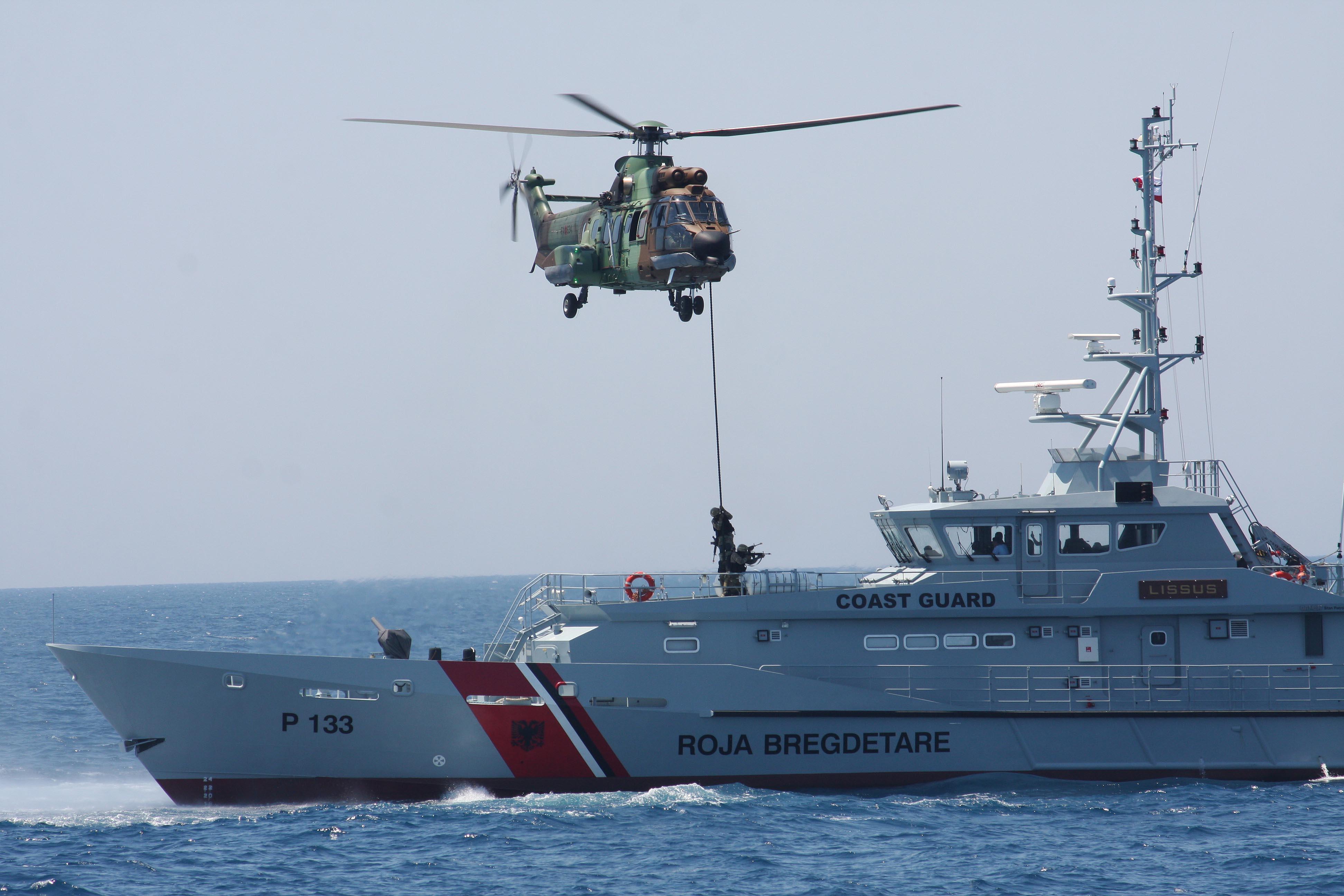 Policia Kufitare shpëton dy peshkatarë në Porto Romano