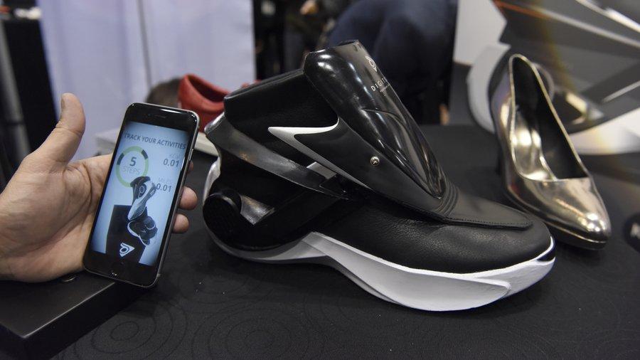 Këto janë këpucet digjitale që lidhen vetë (Foto)