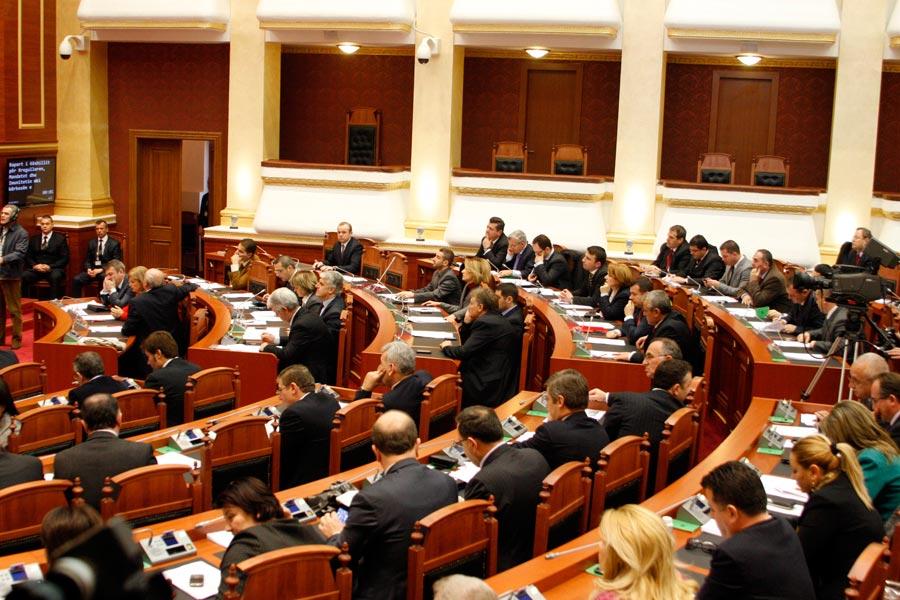 Debate të ashpra në Kuvend, mungojnë Rama dhe Meta