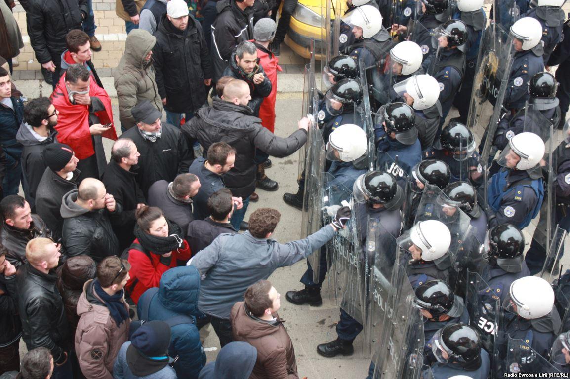 Shpërndahen protestuesit, situata drejt normalizimit në Prishtinë