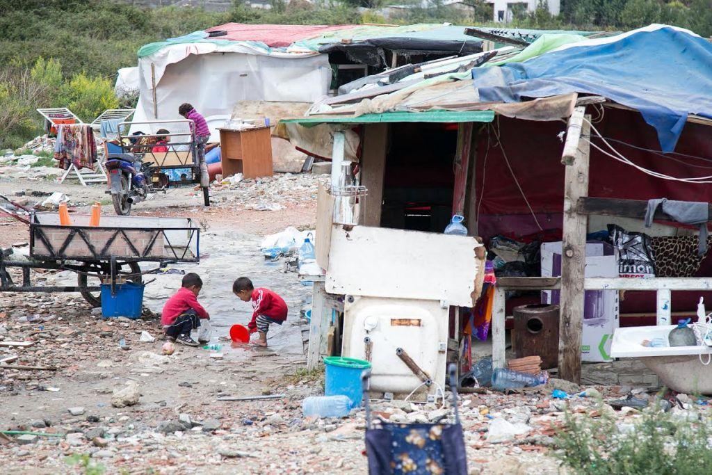 Digjen kasollet e romëve në Tiranë, shpëtojnë banorët