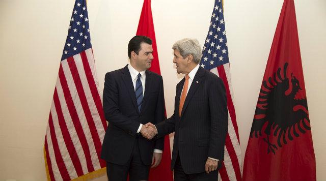 Basha dhe 4 deputetë takohen me sekretarin Kerry