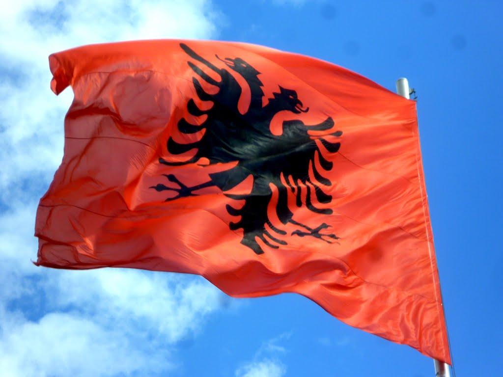 Si e shpëtoi Kristo Frashëri flamurin kombëtar nga marrëzia e Parlamentit