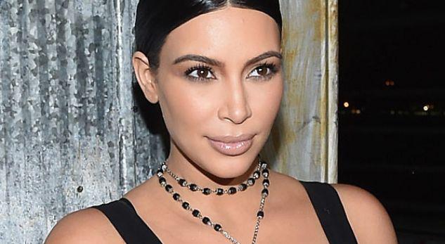 Kim Kardashian duke folur shqip