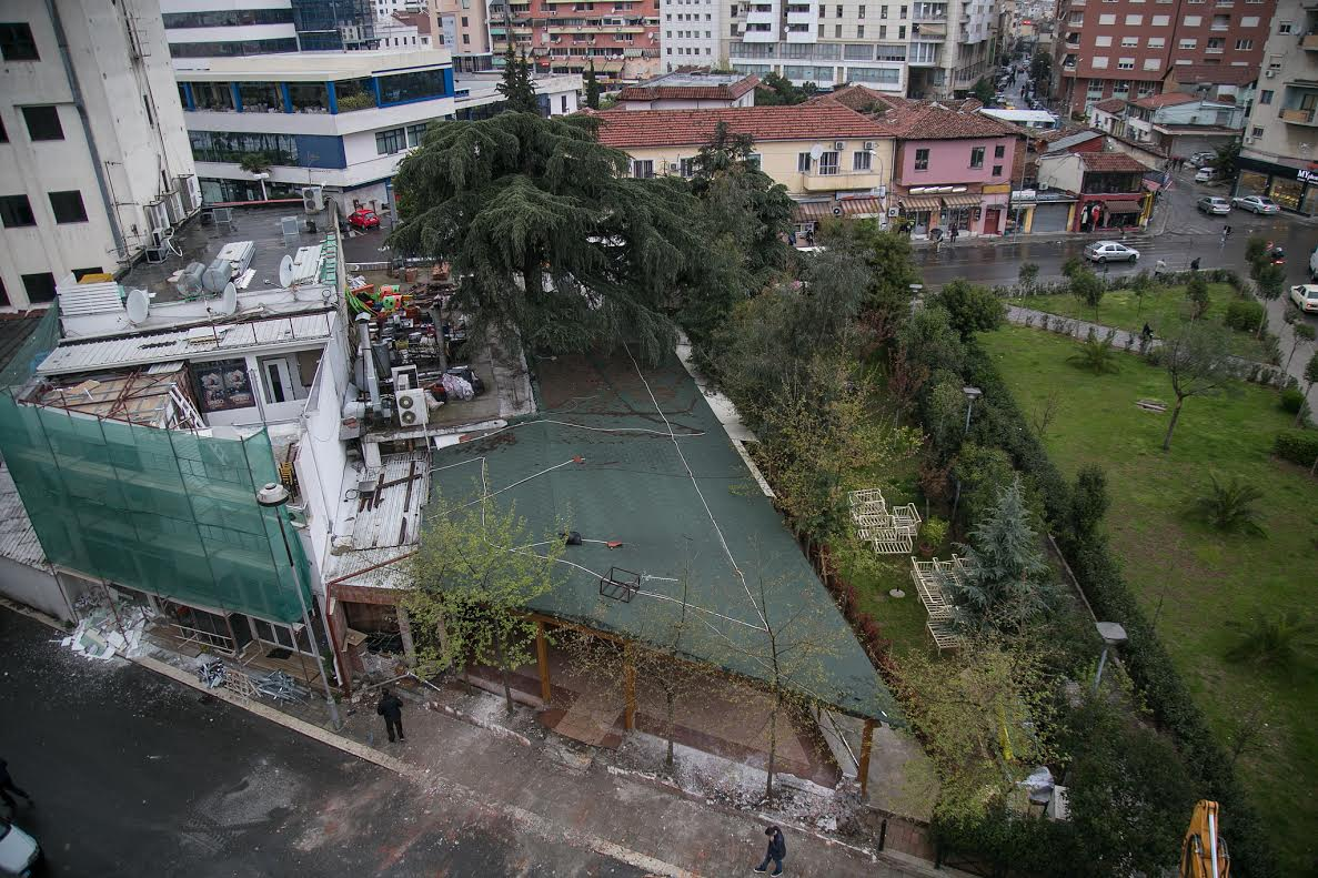 Bie miti 25 vjeçar, Bashkia e Tiranës prish ndërtesat te Opera