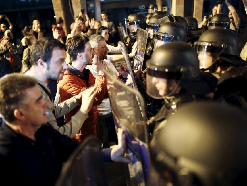 Luftë në Shkup, protestuesit djegin Presidencën (Video)