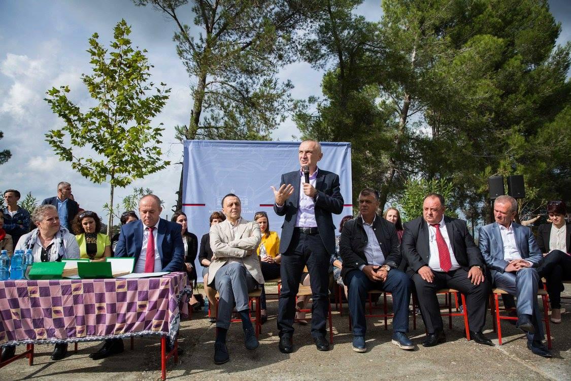Meta në Ishëm, shpërndan 700 leje legalizimi