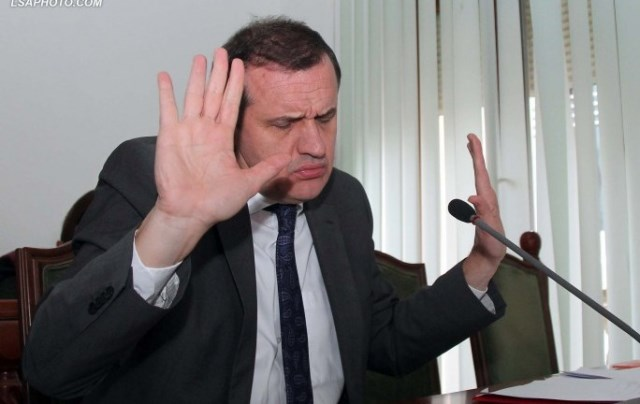 Reagon Ilir Beqaj: Nuk dorëhiqem, ja pse e shkarkova drejtorin