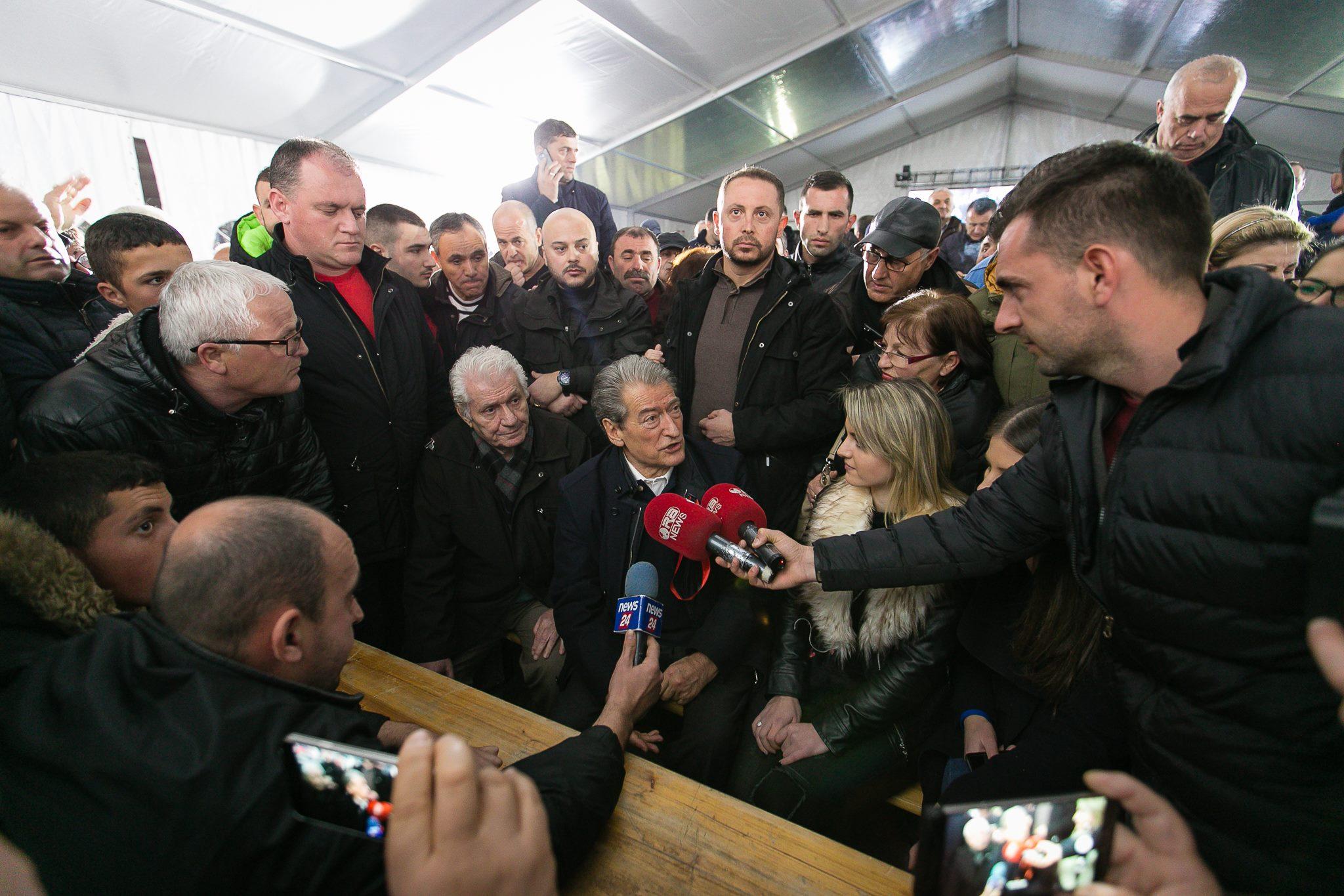 Ndërkombëtarët injorojnë protestën me turne të opozitës