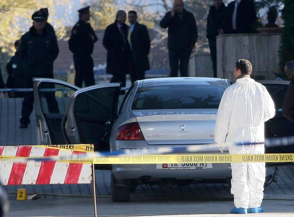 Tragjedi në Fier, çifti i të rinjve gjendet i vrarë në makinë