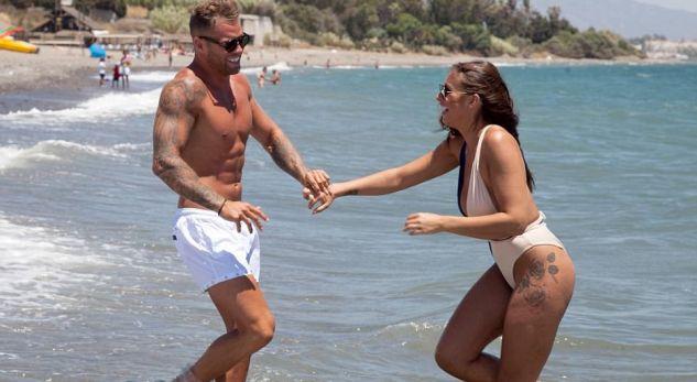 Jessica lë nam në plazh, skena erotike me të dashurin