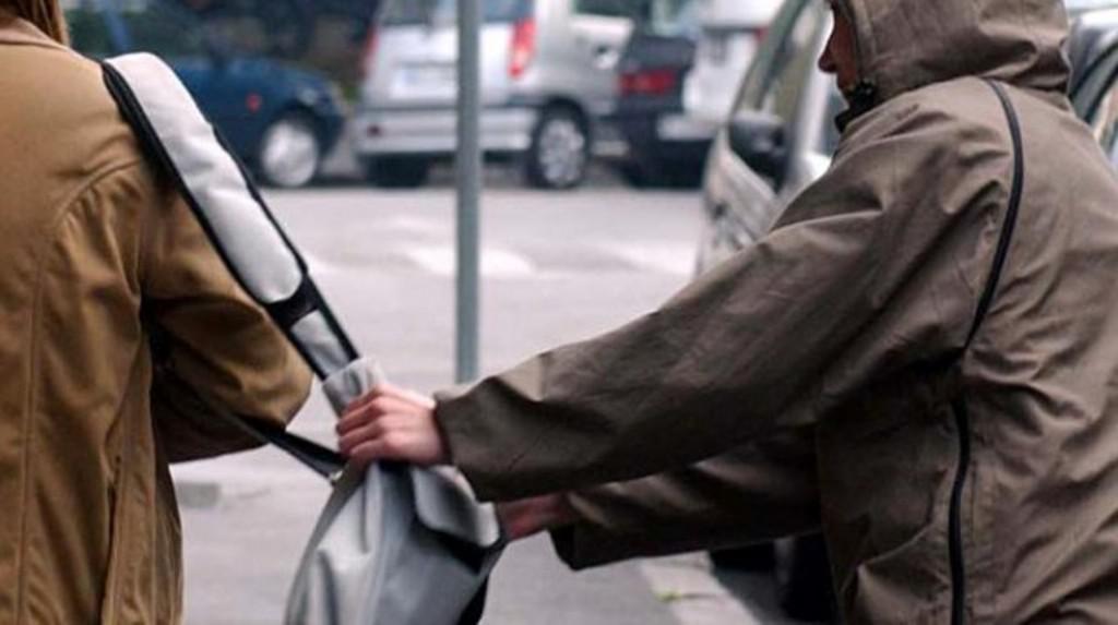 Tmerr për një grua në Tiranë, tre meshkuj e grabisin me dhunë