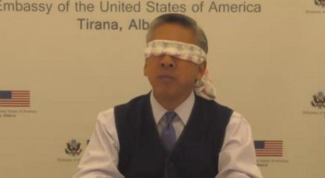 Ambasadorit amerikan Donald Lu i lidhin sytë…
