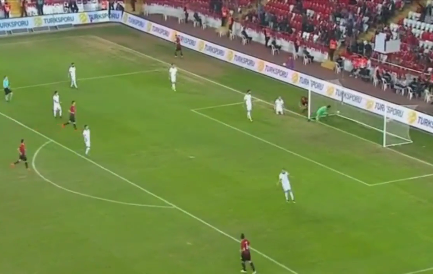 Turqit e shkurtojnë diferencë sapo nis pjesa e dytë /Shihni golin