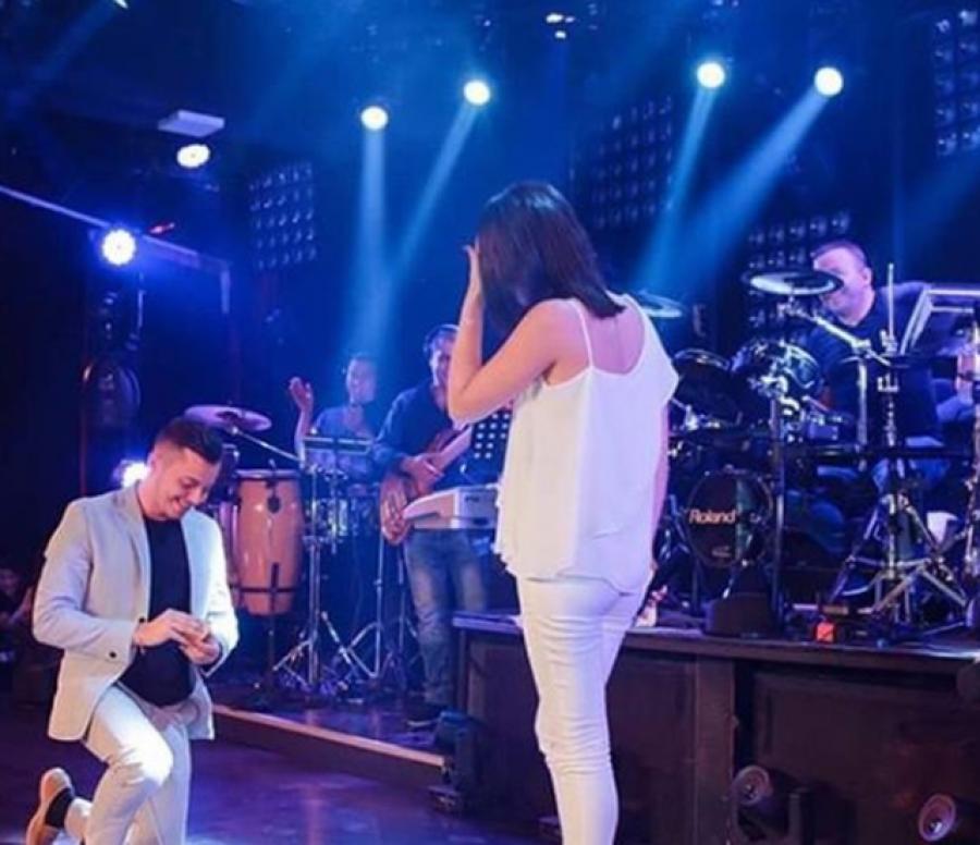 I dashuri e suprizon, këngëtarja shqiptare merr propozim për martesë në skenë /Foto