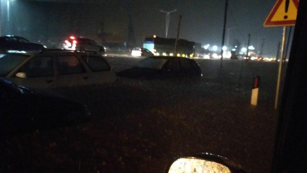 Autostrada Tiranë-Durrës 1 metër uji. Hyrja për aeroport bllokohet /Foto